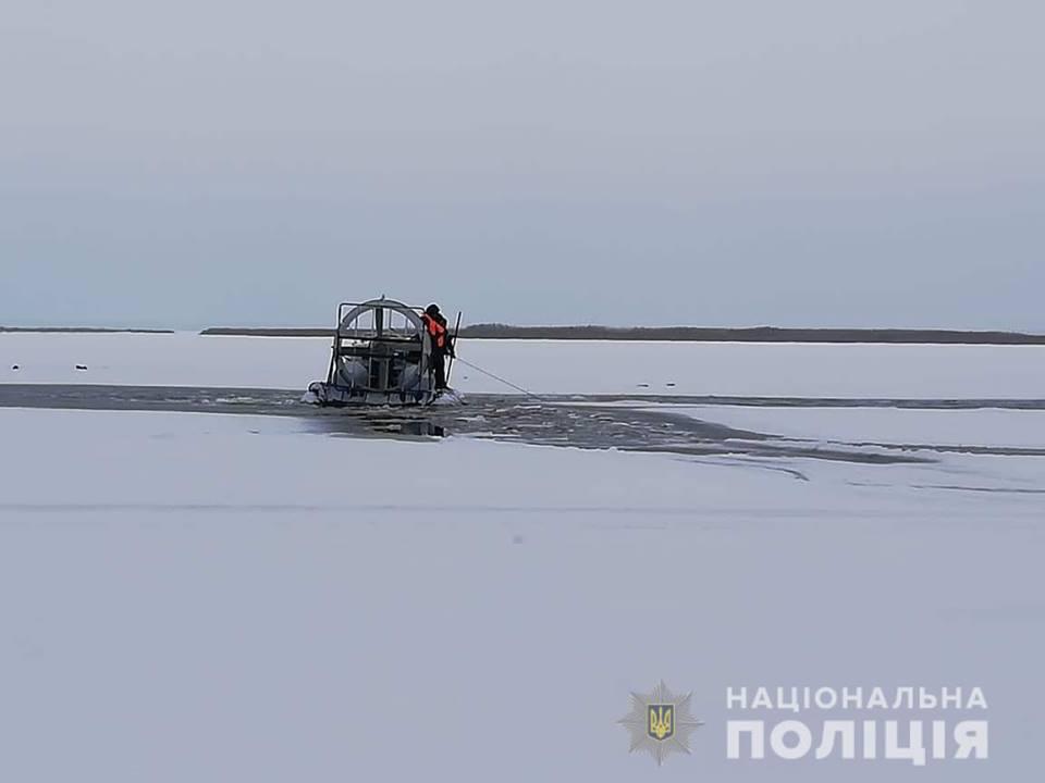 Cнегоход с людьми провалился под лед