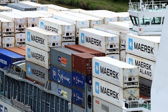 Около 270 контейнеров, в том числе с опасными химикатами, упали в Северное море