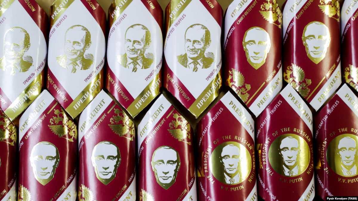 В Омске детям подарили конфеты с портретом Путина