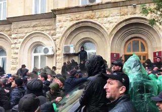Оппозиция захватила здание администрации президента Абхазии