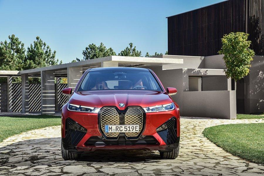 Новый полноприводный кроссовер BMW iX: появились первые фото
