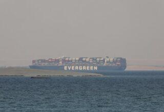 Египет намерен потребовать 1 млрд долларов США компенсации за блокирование Суэцкого канала