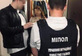 В Киеве полицейские пресекли преступную деятельность двух женщин, которые помогали иностранцам незаконным путём получить гражданство Украины