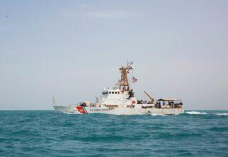 Катер береговой охраны США произвёл предупредительные выстрелы в ответ на приближение иранских катеров