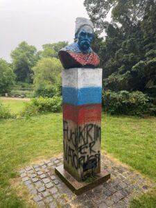 Памятник Шевченко в Копенгагене разрисовали в триколор прямо перед матчем Россия-Дания