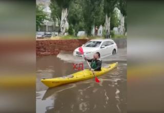 В результате обрушения на Днепр дождей, из берегов вышла близлежащая река, а по городу были замечены люди плавающие на байдарках: видео