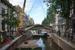 В Амстердаме открылся первый в мире напечатанный на 3D-принтере стальной мост