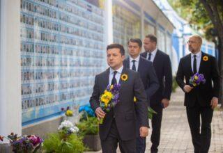 Владимир Зеленский почтил память павших за Украину