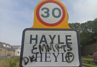 В переполненном туристами британском Корнуолле появилось скандальное граффити