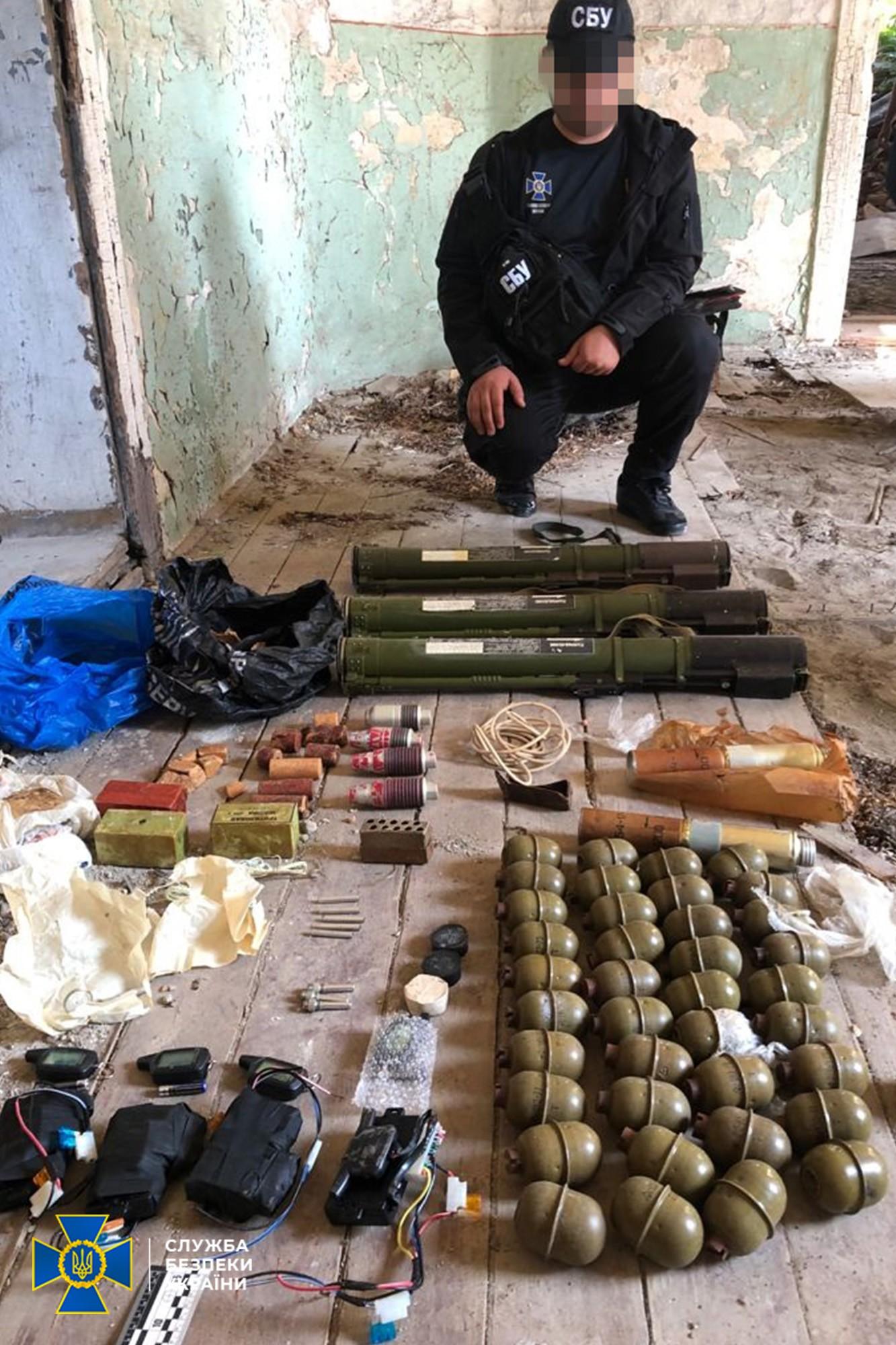 В пограничном районе Закарпатья СБУ обнаружила тайник с взрывчаткой